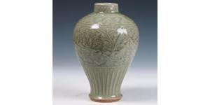 龙泉窑青瓷刻花梅瓶