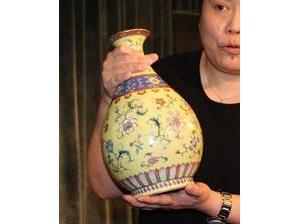 乾隆御制粉青釉浮雕龙纹罐估价8000万