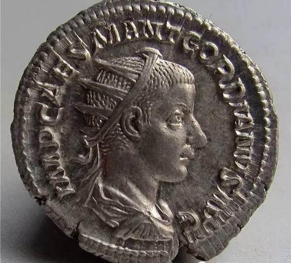常见.   是戈尔迪安三世的名字缩写   上币的铭文:   是菲利普一世的名