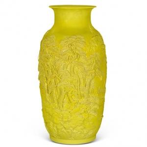 乾隆高浮雕瓷黄釉田园山水纹灯笼瓶